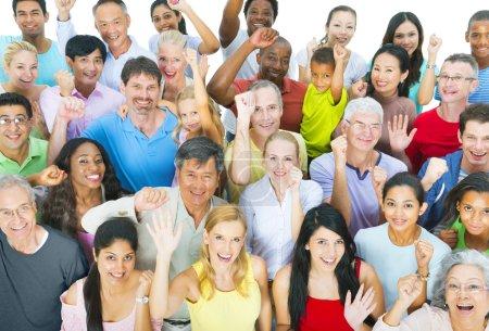 Groupe multi-ethnique de célébration de peuple