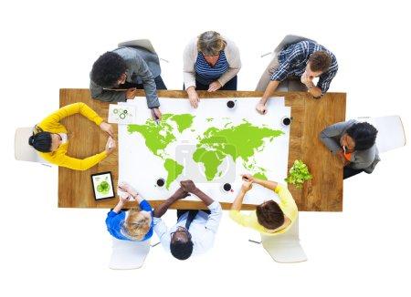 Photo pour Groupe de réunion de gens d'affaires et de la carte du monde - image libre de droit