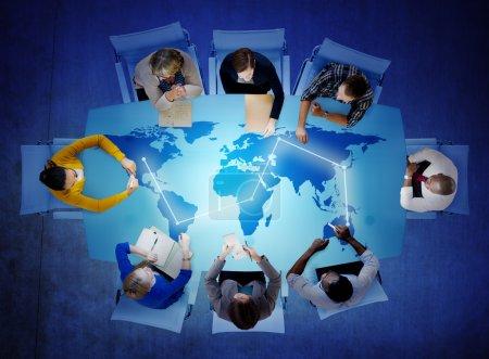 Photo pour Groupe de personnes multiethnique, discutant des enjeux mondiaux - image libre de droit