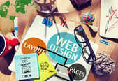 Chaotický stůl a poznámku s konceptem designu webu