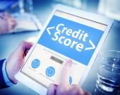 Ruce držící tablet s kreditní skóre