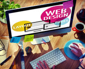 Uomo che lavora al computer con il Web Design