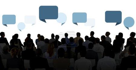 silhouette von geschaeftsleuten in seminar