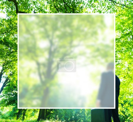 Homme d'affaires pense dans la forêt