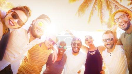 fête des amis à traîner sur la plage