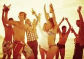 Strana přátel na pláži