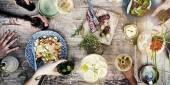 Potravin a nápojů na stole