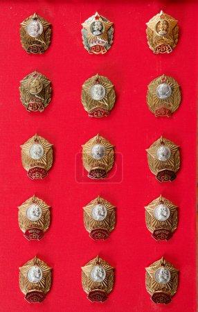 Photo pour Badges, insignes de l'école militaire Souvorov, insignes de cadet, tir sur un point rouge au pavillon - image libre de droit