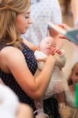 Cerimonia di battesimo della ragazza in chiesa