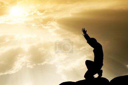 Photo pour Priant homme sur beau fond de ciel - image libre de droit