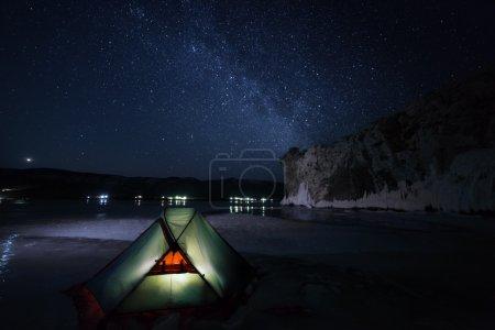 Photo pour Tente éclairée nuit et voie lactée étoiles. - image libre de droit