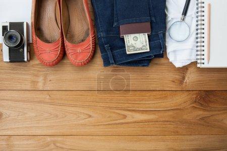 Photo pour Tenue de voyageur, étudiant, adolescent, jeune femme. Frais généraux de l'essentiel pour une personne. Différents objets sur fond en bois . - image libre de droit
