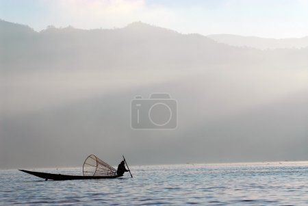 traditionelles Fischernetzfischen im inle lake, myanmar.