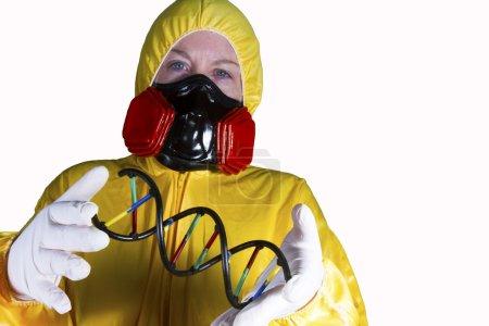 Photo pour Femme habillée en costume HazMat avec masque à gaz et bouclier avec - image libre de droit