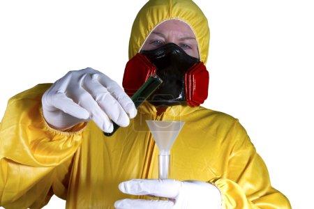 Photo pour Femme habillée en costume HazMat avec masque à gaz et bouclier avec éprouvettes - image libre de droit