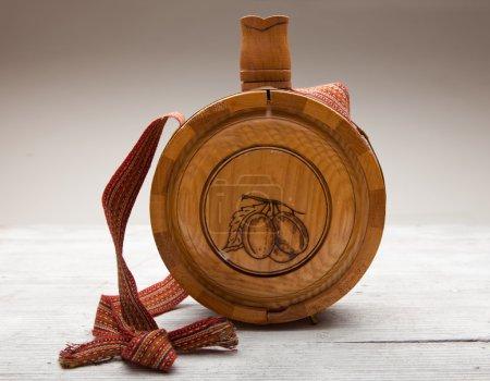 Photo pour Vieille bouteille en bois sur fond en bois - image libre de droit