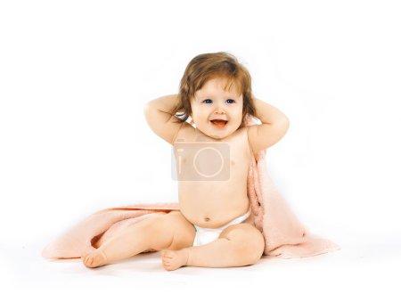 Photo pour Charmant bébé sur le lit maison - image libre de droit