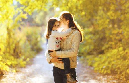 Photo pour Beau style de vie automne photo mère et enfant marche dans le parc - image libre de droit