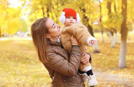 Photo pour Mère avec bébé marche dans le parc d'automne - image libre de droit