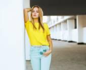 Docela sexy žena model představuje v městě, móda ulice