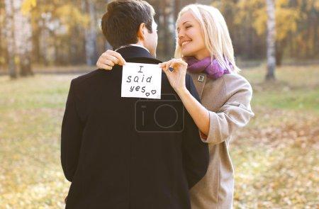 Photo pour Amour, relations, fiançailles et concept de mariage - homme proposant bague femme en plein air, heureux couple romantique - image libre de droit