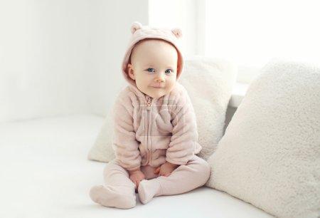 Photo pour Portrait de bébé souriant à la maison en chambre blanche - image libre de droit