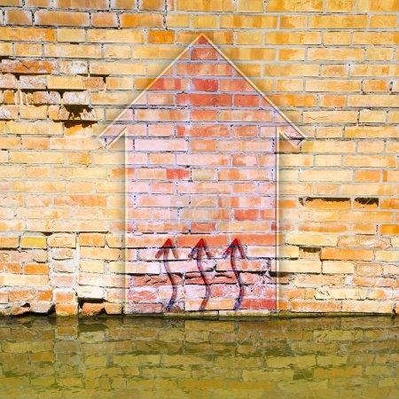Photo pour Mur de briques endommagé par des remontées d'humidité. Image avec espace copie - image libre de droit