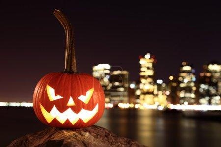Photo pour Effrayant citrouille, symbole de l'Halloween, en attente pour une fête sur les rives de Brooklyn, contre l'île de Manhattan, New York, États-Unis - image libre de droit