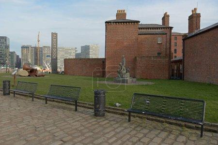 Photo pour Liverpool, Royaume-Uni, 2 février 2020 : Trois bancs vides devant la maison maîtresse du quai Royal Albert. - image libre de droit