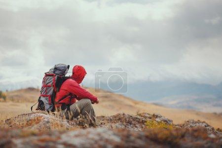 Photo pour Aventure, voyage, tourisme, randonnée et concept de personnes - homme avec sac à dos en montagne - image libre de droit
