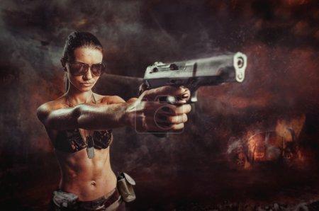 Photo pour Émeute fille visant un pistolet de près - image libre de droit