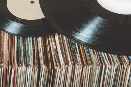 Photo pour Pile de vieux disques vinyles - image libre de droit
