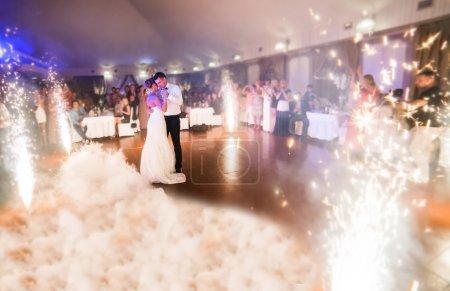 Photo pour Belle mariée et le marié danse la première danse entre feux d'artifice - image libre de droit