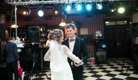 Photo pour Belle mariée et le marié danse la première danse - image libre de droit