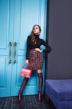 Photo pour Belle jeune femme sexy dame élégant élégant chemisier à la mode et jupe, maquillage et coiffure pour soirée réunion d'affaires marcher date designer avec accessoires bijouterie talons hauts mousse chaussures - image libre de droit