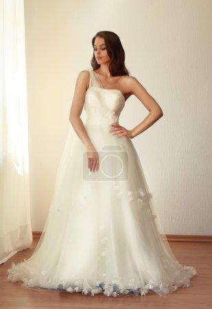 Belle mariée en robe de mariée blanche mariage