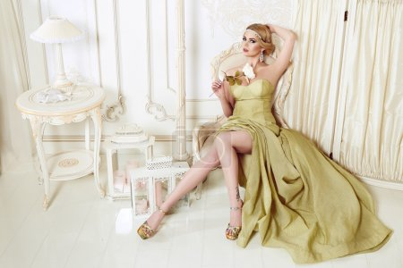 Photo pour Sexy belle jeune femme brune aux cheveux longs ondulé mince corps parfait silhouette élancée et joli visage maquillage portant un beige bijoux et maigre robe de soirée - image libre de droit