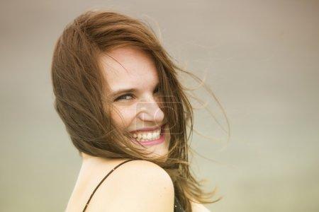 Foto de Retrato de feliz joven morena sonriendo a cámara - Imagen libre de derechos