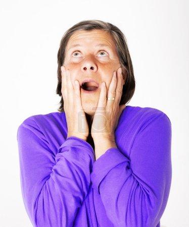 Photo pour Portrait de femme qui regarde vers le haut d'être surpris - image libre de droit