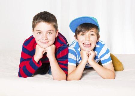 Photo pour Portrait de deux jeunes garçons souriants - image libre de droit