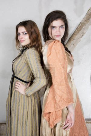 zwei Mädchen als Prinzessin verkleidet