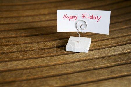 """Photo pour Écrit à la main """"happy friday"""" sur du papier clippé sur un support en bois - image libre de droit"""