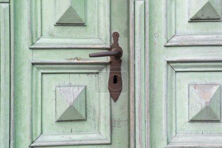 Photo pour Vieille porte d'entrée en bois vert avec poignée de porte antique - image libre de droit