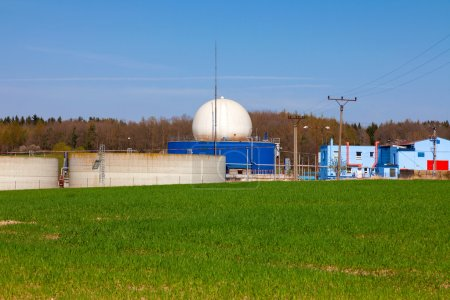 Photo pour Usine de biogaz, champ vert - image libre de droit