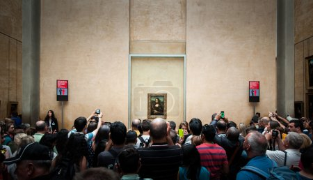 "A huged of visitors take photos of ""Mona Lisa"""