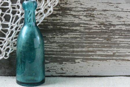 Photo pour Fond thématique de la mer avec bois rustique et filet de pêche - image libre de droit