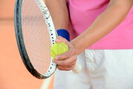 Photo pour Joueuse de tennis posant devant un court de tennis - image libre de droit