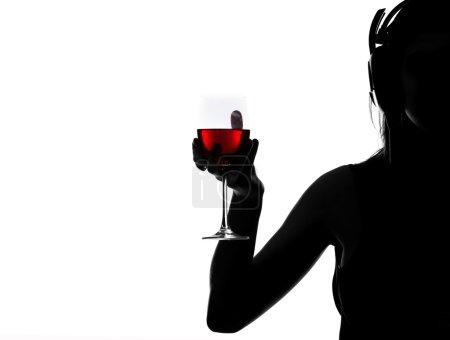 Photo pour Portrait d'une jeune femme qui tient un verre de vin sur fond blanc. - image libre de droit