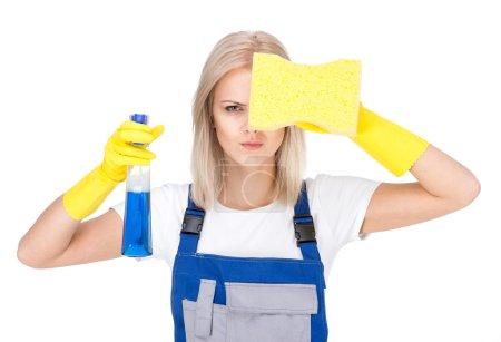 Photo pour Portrait de femme nettoyeuse professionnelle en uniforme sur fond blanc . - image libre de droit