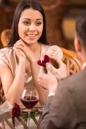 Photo pour Jeune homme présente bague de fiançailles à sa petite amie. - image libre de droit